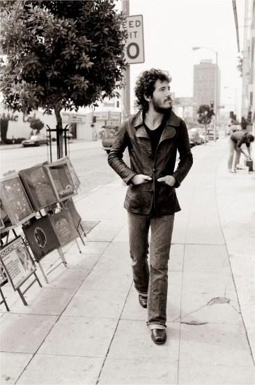 Bruce Springsteen passeggiando per Sunset Strip Bruce Springsteen walking on Sunset Strip Los Angeles, 1975 78 x 57 cm © Terry O'Neill