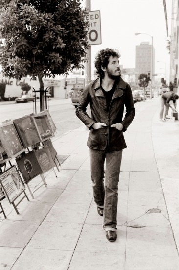 Bruce Springsteen passeggiando per Sunset Strip Bruce Springsteen walking on Sunset Strip Los Angeles, 1975 78 x 57 cm © Terry O'Neill