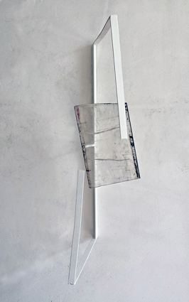 Valdi Spagnulo, Bandiera, 2013, ferro verniciato bianco, plexiglass pigmentato e trattato, 80x50x40 cm circa