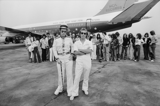 Elton John e il suo jet privato per il tour del 1974 all'aeroporto di Los Angeles Elton John and his 1974 tour private jet at Los Angeles airport Los Angeles, 1974 58 x 78 cm © Terry O'Neill
