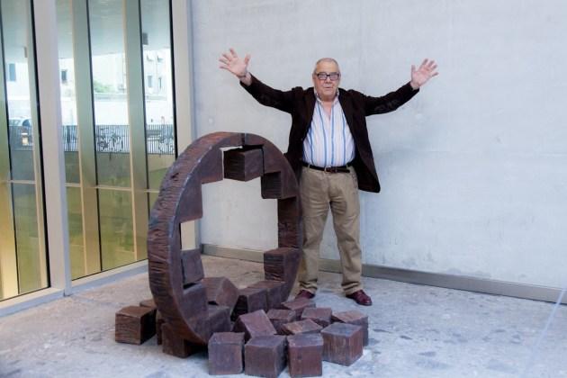 Giuseppe Spagnulo, Rosa dei venti, 2010, acciaio forgiato, prestito dell'artista, Bocconi Art Gallery 2014 (l'artista con la sua opera)