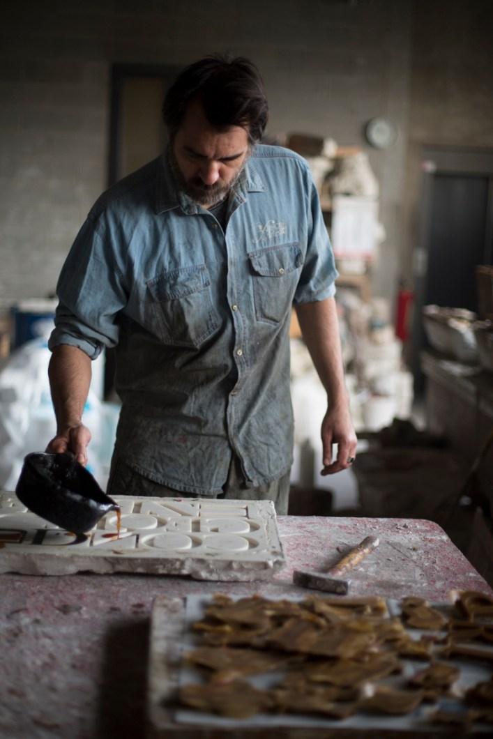 """L'artista al lavoro nel suo atelier durante la creazione di """"Serenissima Babel"""", ph. Yorick Photography"""