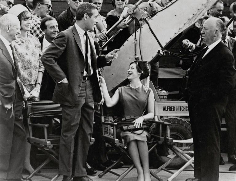 """Alfred Hitchcock e Paul Newman sul set de """"Il sipario strappato"""" (1966) © 2014 Universal Studios. Tutti i diritti riservati MONDADORI PORTFOLIO/ALBUM"""