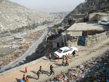 Francis Alÿs, Reel-Unreel, 2011 Kabul, Afghanistan con Julien Devaux, Ajmal Maiwandi. Fotogramma (video-documentazione di un'azione) Photo © Ajmal Maiwandi 2011