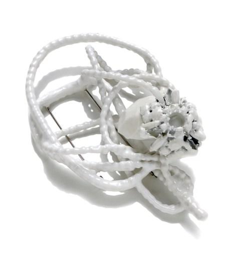 Donna Brennan, 2011, spilla, sfere d'acciaio, catena d'acciaio e polipropilene, bioresina e lacca, Collezione Permanente Courtesy Fondazione Cominelli / AGC