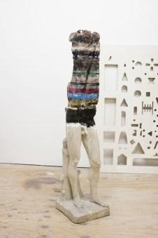 Nick van Woert, Haruspex, 2010 statua rotta in fibra di vetro, uretano, materiali e rifiuti prelevati da uno spiazzo vuoto accanto allo studio 155 x 35 x 35 cm Collezione privata, Amsterdam