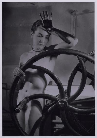 Man Ray a Villa Manin, Meret Oppenheim, 1933, fotografia new print del 1980, 30 x 24 cm, collezione privata, Courtesy Fondazione Marconi, -®MAN RAY TRUST _ ADAGP, Paris, By SIAE 2014