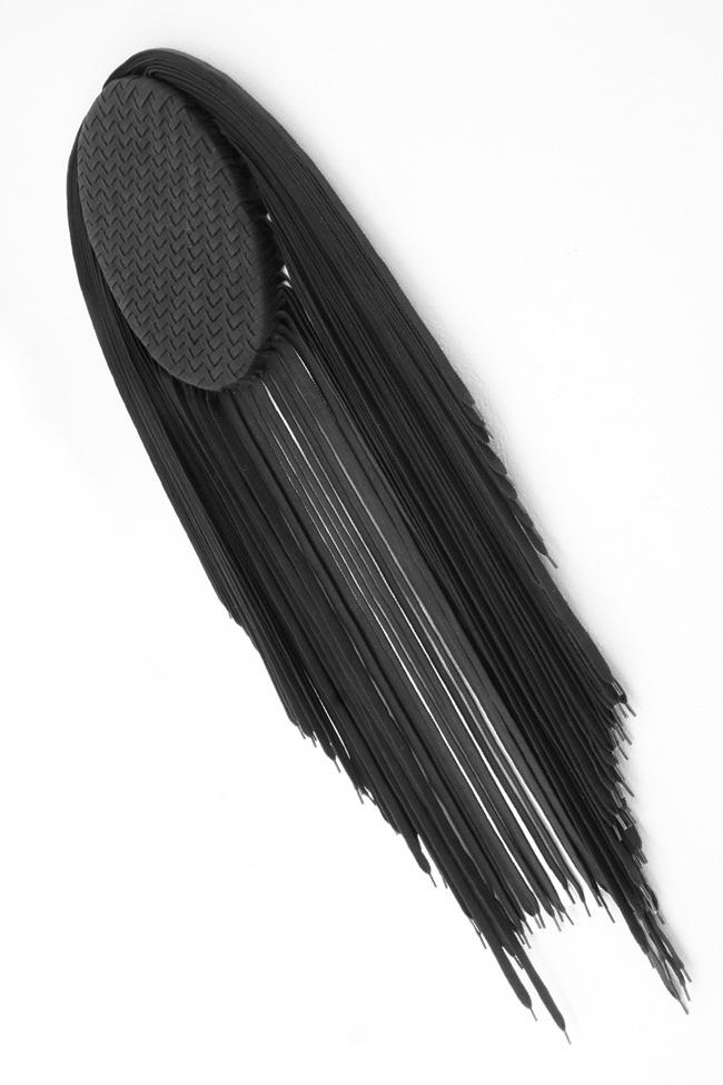 Mimmo Iacopino, Metamorfosi tribale, 2014, tecnica mista, smalto e lacci per scarpe su tela, cm. 30X20x100 circa