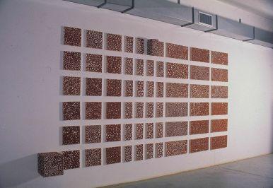 Luigi Mainolfi, Polveri, 1995, terracotta policroma, dimensioni ambiente