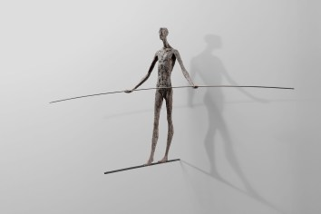 Gerald Moroder, equilibrista, sculptor, impasto di porfido