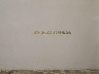 Serena Vestrucci, Dietro uno gnocco c'è sempre una patata 2014 Scritta, festoni dorati ritagliati e incollati sul muro, un'ora Spazio Monotono, Vicenza