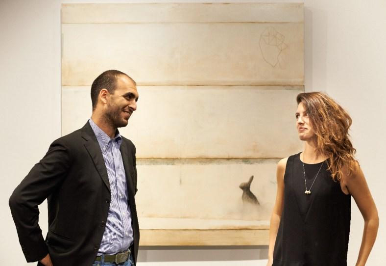 Martina e Stefano Gagliardi nella nuova sede de Il Vicolo a Milano, alle loro spalle un'opera di Mirko Baricchi, ph. Marco Varoli