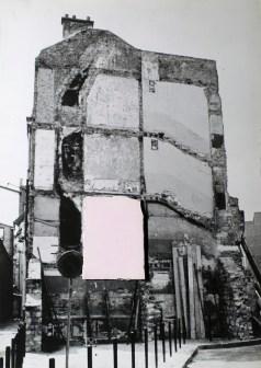 Franco Guerzoni, Affreschi, 1972, tavola fotografica e frammento di gesso, 69x49 cm Foto di Luigi Ghirri Courtesy Collezione Privata, Milano