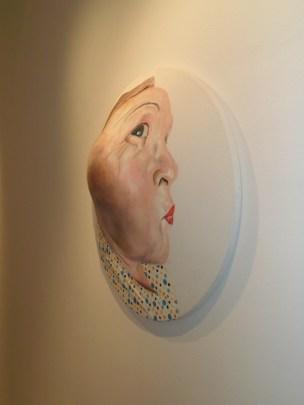 Maurizio Cariati, La signora con l'orecchino di perla! acrilico e applicazioni su tessuto estroflesso diam. 80x17 cm, 2014