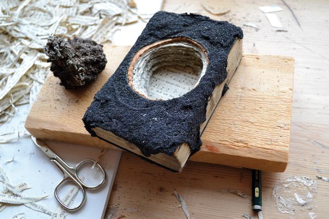 Tamara Ferioli, Hólmur, 2013, sabbia lavica su antico libro islandese, dettaglio installazione