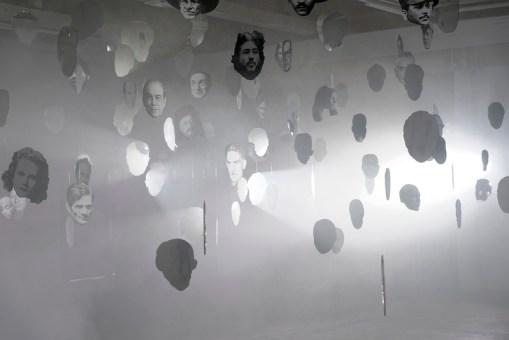 Goldschmied&Chiari, Hiding the elephant, 2014, installazione, 160 sagome in plexiglass specchiato stampa digitale, fumo, dimensioni variabili, Centro d'arte contemporanea Passerelle, Brest © Aurélien Mole, 2014
