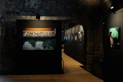 Sui set di Paolo Sorrentino. Fotografie di Gianni Fiorito, allestimento della mostra, Abbazia del Goleto, Sant'Angelo dei Lombardi (AV)