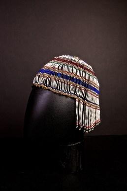 Copricapo, Alaska (USA), inizio XX secolo, pelle, perline di vetro, 17x18x19 cm, Museum der Kulturen Basel, VII 697 © SchPhoto