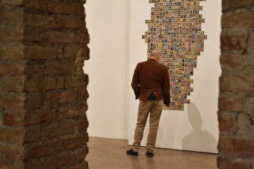 BACC | Biennale d'Arte Ceramica Contemporanea. La Ceramica Altrove. Edizione 2014 veduta degli allestimenti, Scuderie Aldobrandini di Frascati, Roma, opera a parete: DAVIDE MONALDI - Figurine - 500 ritratti di artisti contemporanei -