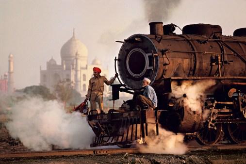 Steve McCurry, Operai su una locomotiva a vapore, India, 1983 © Steve McCurry
