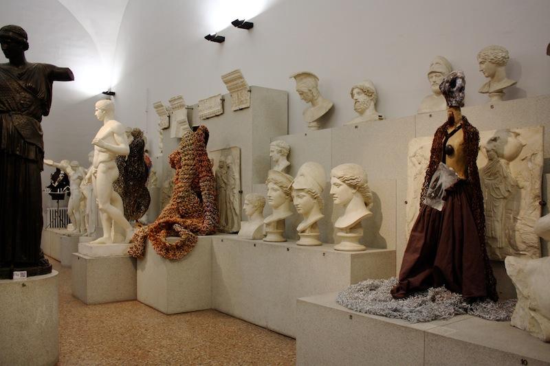 Sissi Manifesto Anatomico veduta della mostra presso Museo Civico Archeologico (Gipsoteca) ph. Ilaria Medda