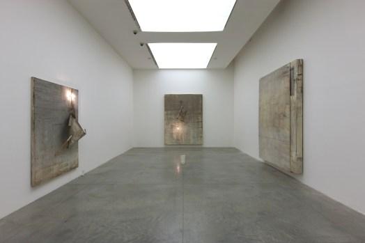 Lawrence Carroll. Ghost House, veduta della mostra, MAMbo - Museo d'Arte Moderna di Bologna, Bologna Foto Antonio Maniscalco