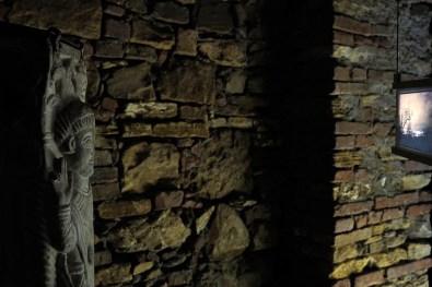 Clara Luiselli, Orizzonti ritrovati installazione con statua, proiezione video su tablet, 2015