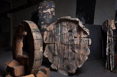 Fine d'Io (al centro), 2013 terracotta ingobbiata, ossido di ferro e ossido di rame, ferro 186 x 177 x 26 cm. Courtesy Galleria dello Scudo, Verona. Foto: Claudio Abate