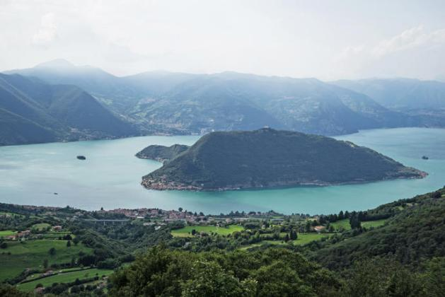 Lake Iseo with the town of Sulzano in the foreground, the island of Monte Isola in the center and the island of San Paolo on the left Photo: Wolfgang Volz