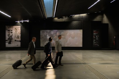 ARTE PER L'UMANITÀ. Il Quarto Stato di Giuseppe Pellizza da Volpedo, Immagini dell'installazione all'Aeroporto di Milano Malpensa, Porta di Milano (Terminal 1)