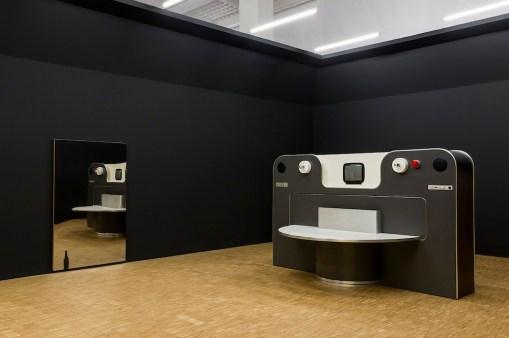 (a sinistra) Michelangelo Pistoletto, Bottiglia, 1963, Fondazione Cittadellarte, Biella (a destra) Joe Colombo. Rotoliving, Accademia Carrara, Galleria d'Arte Moderna e Contemporanea, Bergamo, Photo Attilio Maranzano