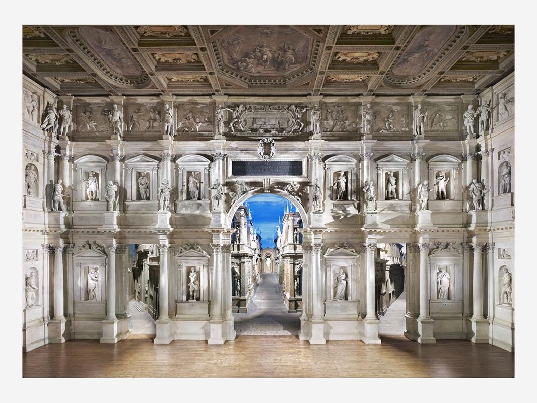 Candida Hofer, Teatro olimpico di Vicenza II, 2010, stampa lightjet, 180x235 cm, Collezione privata, Rimini