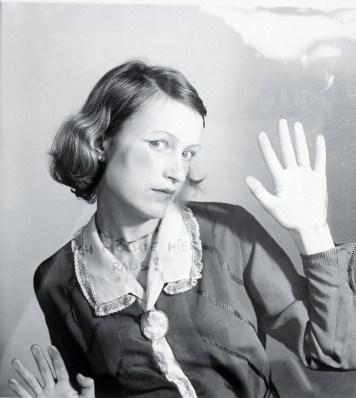 Birgit Jürgenssen Ich möchte hier raus!, 1976 S/W-Fotografie © Estate of Birgit Jürgenssen / Bildrecht, Wien, 2015 / Sammlung Verbund, Wien
