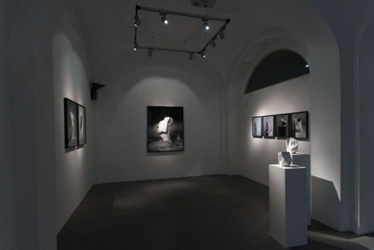 Darren Harvey-Regan, The Erratics, veduta della mostra, Courtesy l'artista e Galleria Passaggi, Pisa