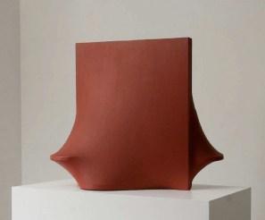 Agostino Bonalumi, Rosso, 1965, tela estroflessa e tempera vinilica, 70x85x65 cm