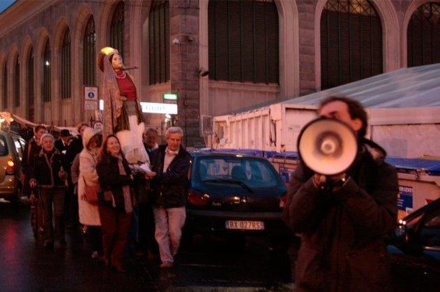 Spazi Docili, Sant'Orsola, Processione con effigie S.Orsola per il Mercato S.Lorenzo, Firenze, 2009