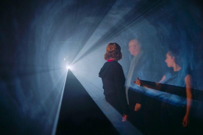 Anthony McCall, Line Describing a Cone 2.0, 1973/2010, computer, QuickTime movie file, videoproiettore, macchina per foschia artificiale, ciclo di 30 minuti, Anthony McCall Studio, New York