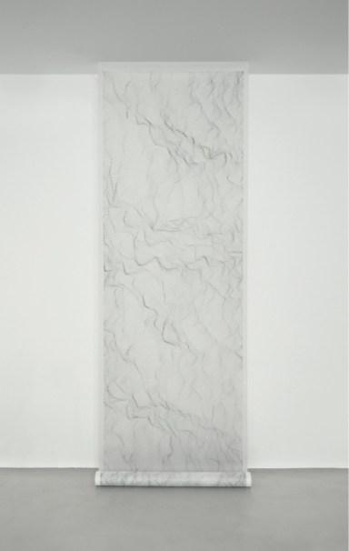 Dadamaino, Sein und Zeit, 2000, mordente su poliestere, 550x122 cm Courtesy A arte Invernizzi, Milano Foto Bruno Bani, Milano