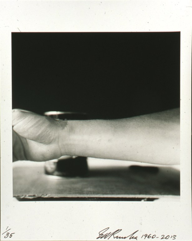 Ed Ruscha Self-Portrait of My Forearm – 1960 Edizione di 35 esemplari / Edition of 35, 1960-2013 Stampa alla gelatina d'argento / Gelatin silver print Collezione dell'artista / Collection of the artist