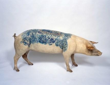 Wim Delvoye, Eugénie, 2005, maiale tatuato ed impagliato, 74x157x33 cm