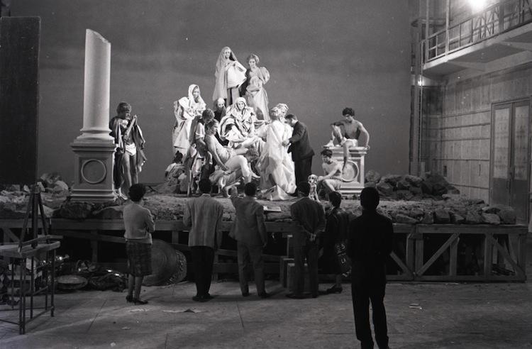 """Pier Paolo Pasolini sul set di """"La ricotta"""", episodio del film """"Ro.Go.Pa.G."""", 1963 © Paul Ronald, Collezione privata"""