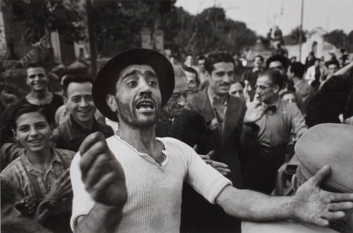 Robert Capa, Benvenuto alle truppe americane a Monreale, 23 luglio 1943 Photograph by Robert Capa © International Center of Photography/Magnum – Collection of the Hungarian National Museum