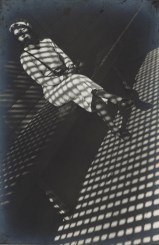 Aleksandr Rodčenko, Ragazza con una Leica, 1934, stampa d'artista, Collezione del Moscow House of Photography Museum © A. Rodchenko – V. Stepanova Archive © Moscow House of Photography Museum