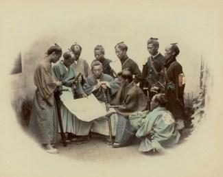 Felice Beato, Samurai e ufficiali giapponesi del clan Satsuma durante la guerra Boshin, 1868 © Raccolte Museali Fratelli Alinari (RMFA), Firenze © Archivi Alinari