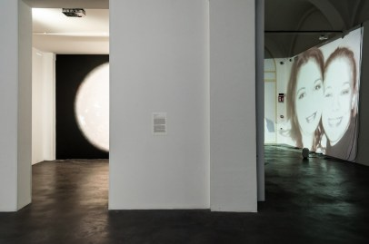 A sin. Diego Zuelli, 8 minuti luce, 2016. A dx Eva e Franco Mattes, The Others, 2011. Mata Modena (ph. Elenia Megna, 2016)