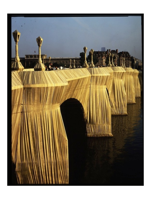 Christo and Jeanne-Claude, The Pont Neuf Wrapped, Paris, 1975-85, 40.876 square meters of woven polyamide fabric and 13 km of rope Photo: Wolfgang Volz (c) Christo 1985