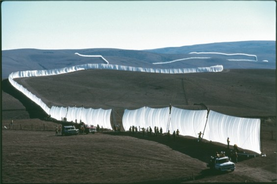 Christo and Jeanne-Claude, Running Fence, Sonoma and Marin Counties California, 1972-1976, 100 x 150 cm Photo: Wolfgang Volz