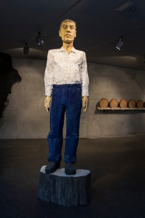 Stephan Balkenhol, Grand homme chemise blanche, jean bleu, 2003, carved and painted wood, 270x85x43 cm © the artist, Galerie Thaddaeus Ropac, Paris, Salzburg Photo © Simon Perathoner