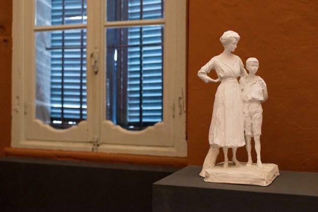 Paolo Troubetzoy, Giovane donna con ragazzino, s.d., gesso non patinato, 51x29x27 cm