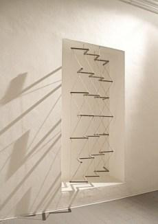 Cesare Galluzzo, Il gioco del rovescio, 2013, smalto su legno e canapa, 215x106x20 cm Courtesy l'artista